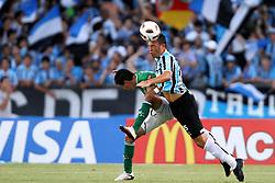 Joselito Vaca do Oriente Petrolero, da Bolívia disputa bola com Damian Escudero, do Grêmio em partida váilda pela Copa Libertadores da América 2011, no estádio Olimpico, em Porto Alegre. FOTO: Jefferson Bernardes/Preview.com