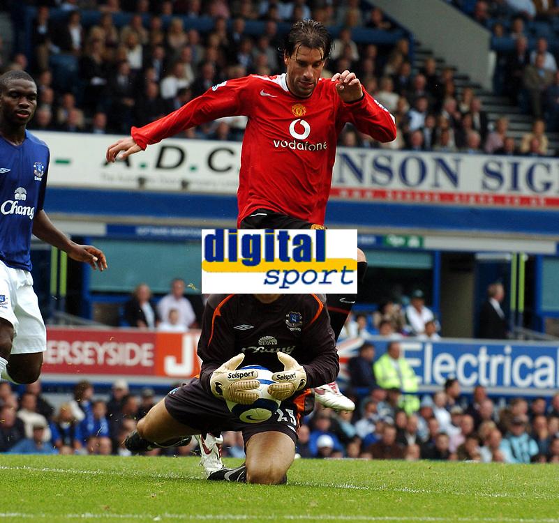 Fotball<br /> England 2005/2006<br /> Foto: Fotosports/Digitalsport<br /> NORWAY ONLY<br /> <br /> Ruud Van Nistelrooy <br /> Nigel Martyn Everton<br /> Everton V Manchester United 13/08/05<br /> The Premier League