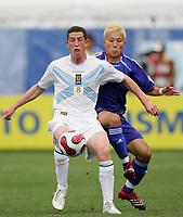 Fotball<br /> VM U20 Canada<br /> 01.07.2007<br /> Foto: imago/Digitalsport<br /> NORWAY ONLY<br /> <br /> Skottland v Japan<br /> Calum Elliot (Schottland U 20, li.) am Ball, dahinter Michihiro Yasuda (Japan U 20)