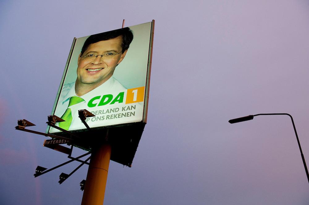 Nederland, Waardenburg, 8 juni 2010.Reklamezuil met grote billboard voor de CDA. Balkenende kijkt de passerende automobilisten aan...Foto (c)  Michiel Wijnbergh