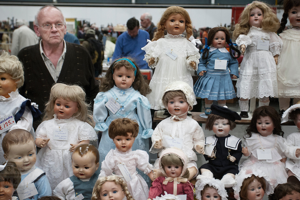 Een handelaar biedt op de Verzamelaarsjaarbeurs in de Jaarbeurs in Utrecht poppen aan.<br />