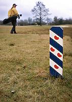 HEERENVEEN - Golfclub Heidemeer, 150 meter markering met de Friese vlag. Foto Koen Suyk