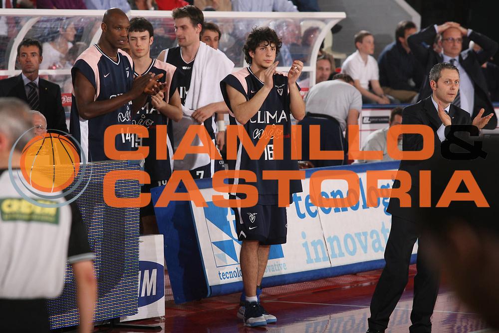 DESCRIZIONE : Teramo Lega A1 2006-07 Siviglia Wear Teramo Climamio Fortitudo Bologna <br /> GIOCATORE : Team Fortitudo Bologna <br /> SQUADRA : Climamio Fortitudo Bologna <br /> EVENTO : Campionato Lega A1 2006-2007 <br /> GARA : Siviglia Wear Teramo Climamio Fortitudo Bologna <br /> DATA : 22/04/2007 <br /> CATEGORIA : Esultanza <br /> SPORT : Pallacanestro <br /> AUTORE : Agenzia Ciamillo-Castoria/G.Ciamillo