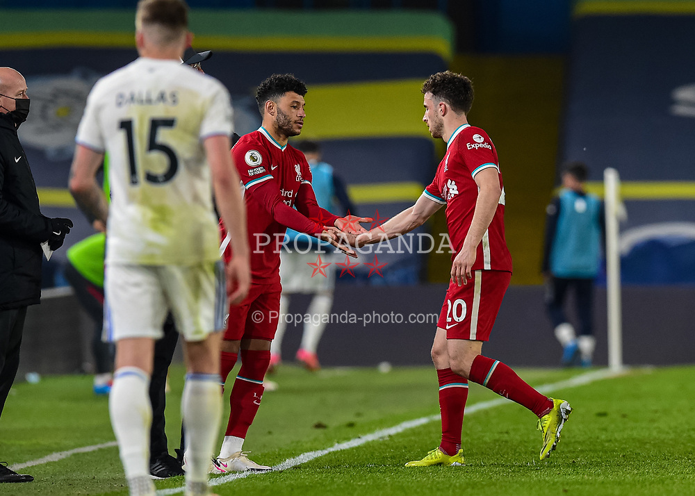 LEEDS, ENGLAND - Monday, April 19, 2021: Liverpool's Diogo Jota (R) is replaced by substitute Alex Oxlade-Chamberlain during the FA Premier League match between Leeds United FC and Liverpool FC at Elland Road. (Pic by Propaganda)