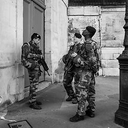 lundi 22 août 2016, 11h00, Paris I. Après une patrouille à pied dans le marais, ces soldats du 6ème Régiment du Génie d'Angers s'accordent une pause clope avant de rejoindre leur zone de repos. Seul l'un d'entre eux fume, mais ses camarades l'accompagnent, en armes, conformément à leurs consignes de sécurité.