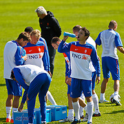 NLD/Katwijk/20100831 - Training Nederlands Elftal kwalificatie EK 2012, Marc van Bommel drinkt water