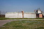 Nosedo, Milano : Impianto di depurazione delle acque reflue. Nosedo Waste Water Treatment plant. Nella foto uno dei sei silos per l'ispessimento.