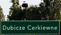 04.06.2015 wies Dubicze Cerkiewne woj podlaskie Wedlug najnowszego spisu ludnosci narodowosc bialoruska zadeklarowało 81,33% mieszkancow tej gminy  , ktora jednoczesnie ma jeden z najnizszych w Polsce wskaznikow przyrostu naturalnego n/z tablica z nazwa miejscowosci i gniazdo bocianie fot Michal Kosc / AGENCJA WSCHOD