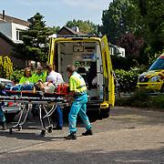 NLD/Huizen/20100624 - Man zwaargewonf na val uit boom aan de Lama in Huizen