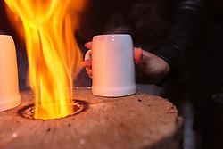 THEMENBILD - ein Glühweinkrug steht neben einem offenen Feuer, aufgenommen am 07. Dezember 2017, Kaprun, Österreich // a mulled wine jug stands next to an open fire on 2017/12/07, Kaprun, Austria. EXPA Pictures © 2017, PhotoCredit: EXPA/ Stefanie Oberhauser