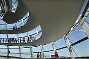 Duitsland, Berlijn, 22-08-2009 Toeristen bekijken het uitzicht over de stad vanaf de glazen koepel van de Rijksdag, het Duitse parlementsgebouw, die is ontworpen door de Britse architect sir Norman Foster. Germany, Berlin, Tourists enjoy the view from the glass dome on the Reichstag, the German parliament building, which was designed by the British architect sir Norman Foster.Foto: Flip Franssen/Hollandse Hoogte