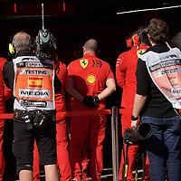 19.02.2020, Circuit de Catalunya, Barcelona, Formel 1 Testfahrten 2020 in Barcelona<br /> , im Bild<br />Keine rollenden Wände mehr vor den Boxen, aber Ferrari stellt seine Mechaniker vor das Auto.<br /> <br /> Foto © nordphoto / Bratic