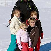 AUD/Lech/20110219 - Fotosessie Nederlandse Koninklijke Familie 2011 op wintersport in Lech, Constantijn en kinderen Eloise, Claus-Casimier, Leonore