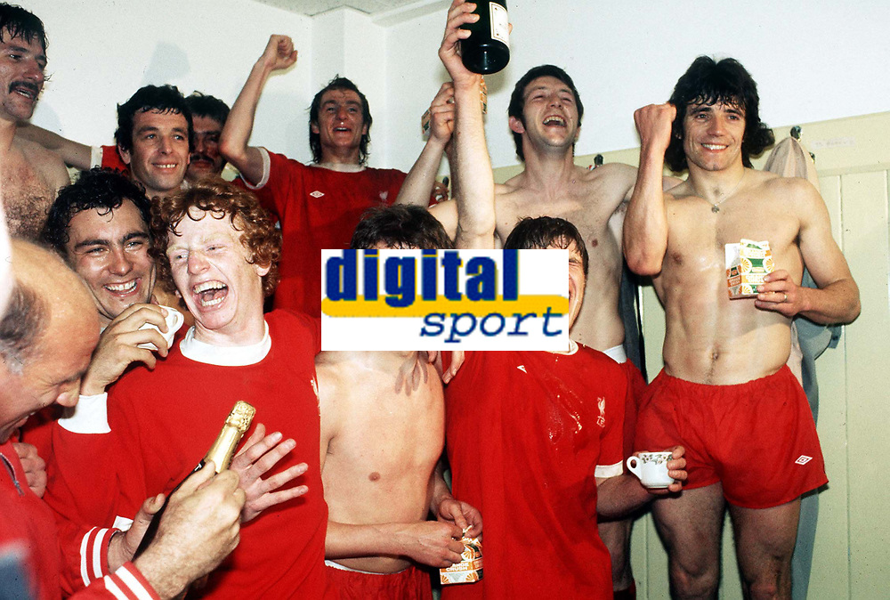 Fotball<br /> England <br /> Foto: Colorsport/Digitalsport<br /> NORWAY ONLY<br /> <br /> The Liverpool players celebrate winning the league championship. (L>R) Tommy Smith, Ray Kennedy, Ian Callaghan, David Fairclough, Phil Thompson, Phil Neal, Emlyn Hughes, Jimmy Case and Kevin Keegan. Wolverhampton Wanderers v Liverpool. 4/5/76