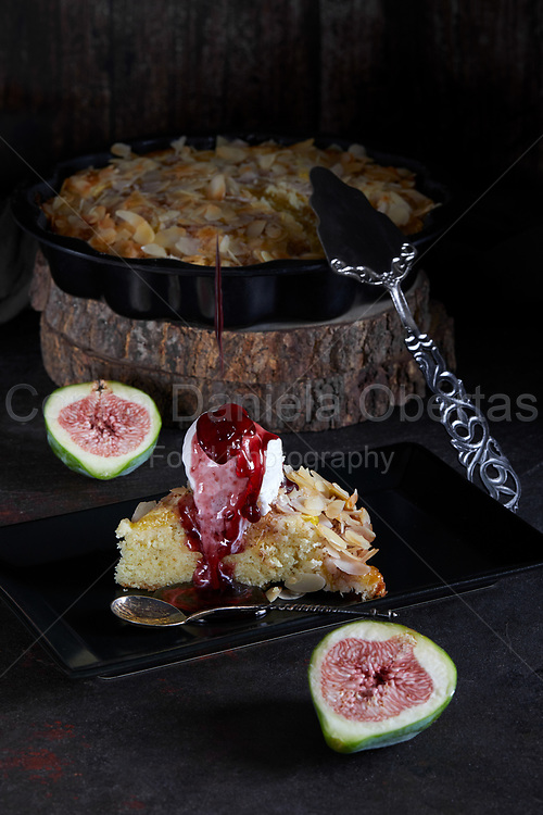 Figs pie with almond flakes and vanilla ice cream, with dripping sauce.
