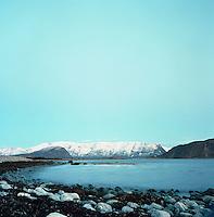Vakkert sjølandskap med snødekte fjell i bakgrunnen. Utsikt fra  Kvalneset på Giske i Giske kommune. <br /> <br /> Landscape pictures from Kvalneset at Giske.<br /> Foto: Svein Ove Ekornesvåg