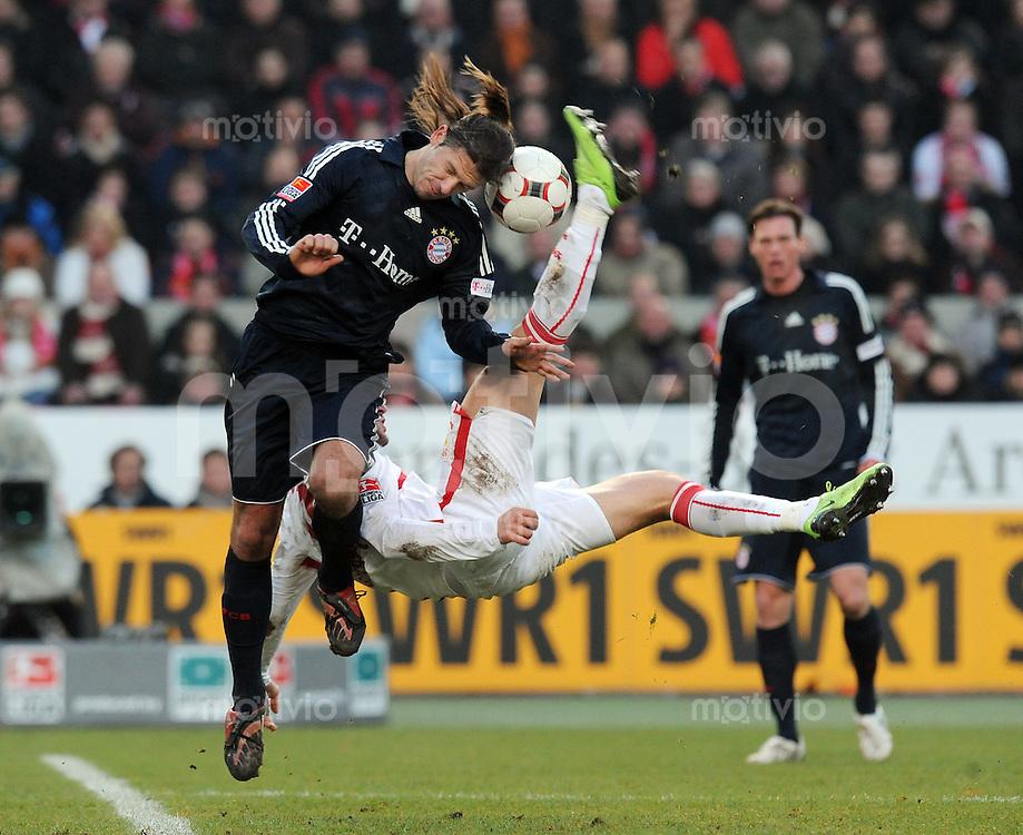 Fussball  1. Bundesliga   Saison 2008/2009   13.12.2008  17.Spieltag VfB Stuttgart - FC Bayern Muenchen Ciprian Marica (re, Stuttgart) beim Fallrueckzieher gegen Martin Demichelis (li, Muenchen)