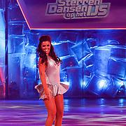NLD/Hilversum/20130101 - 1e Liveshow Sterren dansen op het IJs 2013, Laura Ponticorvo en schaatspartner Joel Geleynse