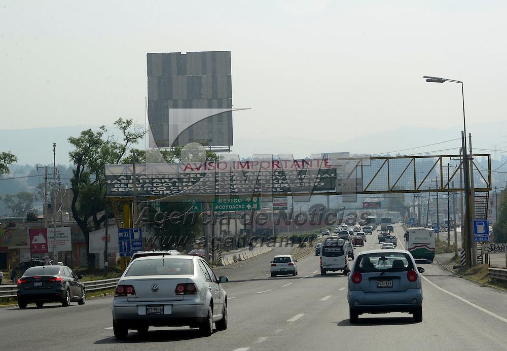 Ocoyoacac, México.- Para la construcción de dos retornos sobre la autopista México-Toluca, a partir de este martes 12 de Abril se desvía el flujo vehicular a la altura del kilómetro 45.5, con sentido a la Ciudad de México.  Agencia MVT / Crisanta Espinosa