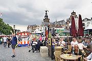 Nederland, The Netherlands, Nijmegen 15-7-2017 Recreatie, ontspanning, cultuur, dans, theater en muziek in de stad. De grote markt is een van de tientallen feestlocaties. Onlosmakelijk met de vierdaagse, 4daagse, zijn in Nijmegen de vierdaagse feesten, de zomerfeesten. Talrijke podia staat een keur aan artiesten, voor elk wat wils. Een week lang elke avond komen ruim honderdduizend bezoekers naar de stad. De politie heeft inmiddels grote ervaring met het spreiden van de mensen, het zgn. crowd control. De vierdaagsefeesten zijn het grootste evenement van Nederland en verbonden met de wandelvierdaagse. Foto: Flip Franssen
