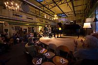 DEU, Deutschland, Germany, Berlin, 29.07.2020: Konzert von Kateryna Titova und Edgar Wiersocki im Pianosalon Christophori in den Weddinger Uferhallen. Nach dem Corona-Shutdown ist der Pianosalon wieder für Konzerte geöffnet. Das Publikum hält sich an das vom Veranstalter klug konzipierte Abstands- und Hygienekonzept. Um den Mindestabstand von 1,50 m einzuhalten, ist das Sitzen ist nur auf den Stühlen mit rotem Polster erlaubt. Alle anderen Stühle wurden derart blockiert, dass ein Sitzen unmöglich ist.
