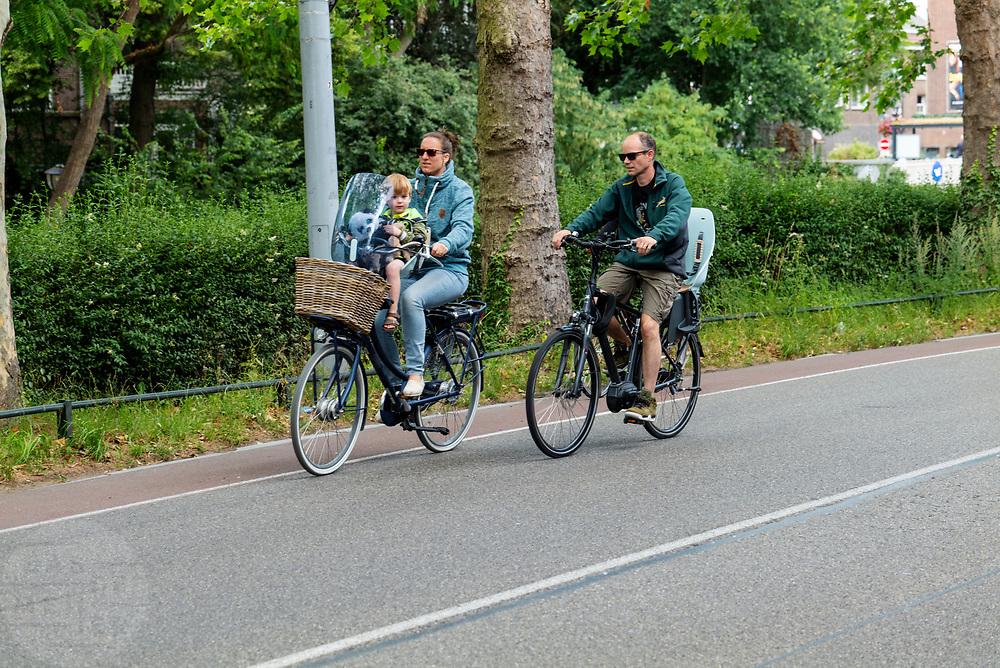 In Utrecht rijden fietsers over een smalle fietsstrook.<br /> <br /> In Utrecht cyclist ride at a small bike lane.