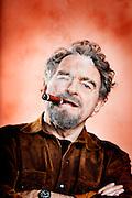 Filminstruktør, ballademager og gøgler Erik Clausen med en montecristo cigar. Hans store idol er stadig oprørslederen Che Guevara, som blandt andet røg det mærke af cigarer.