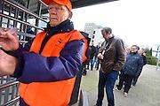 Nederland, Nijmegen, 25-2-2014Bij de vestiging van chipfabrikant NXP wordt door de bonden, vakbonden een stakingsactie georganiseerd om de looneisen kracht bij te zetten. De animo was bijzonder groot.  Vier verschillende bonden die de actie samen organiseerden. Op de foto een ouder vakbondslid, oudere werknemer, die de poort verlaat.Honderden mensen legden het werk neer voor een periode van 2 uur.De animo was bijzonder groot. De bonden eisen een salarisverhoging van 4,5 procent en een verbetering van het bonussysteem. Van het huidige systeem profiteren alleen de werknemers met hoge salarissen.oude,ouderenFoto: Flip Franssen/Hollandse Hoogte