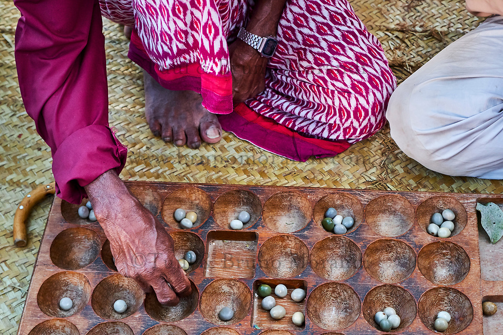 Kenya, archipel de Lamu, ville de Lamu patrimoine mondial de l'Unesco, groupe d'homme jouant à l'awale // Kenya, Lamu island, Lamu town, Unesco world heritage, men playing awale