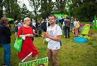 """DEU, Deutschland, Germany, Berlin, 03.08.2021: Wahlkampfveranstaltung von BÜNDNIS 90/DIE GRÜNEN Berlin an der renaturierten Südpanke zum Thema """"Klimaanpassung im urbanen Raum"""" mit den beiden Landesvorsitzenden der Berliner Grünen, Nina Stahr und Werner Graf."""