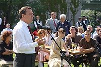 11 AUG 2002, BERLIN/GERMANY:<br /> Gerhard Schroeder, SPD, Bundeskanzler, waehrend begruesst seine Gaeste zu einem Kuenstlerbrunch, Garten, Bundeskanzleramt<br /> IMAGE: 20020811-01-012<br /> KEYWORDS: Gerhard Schröder, Künstlerbrunch