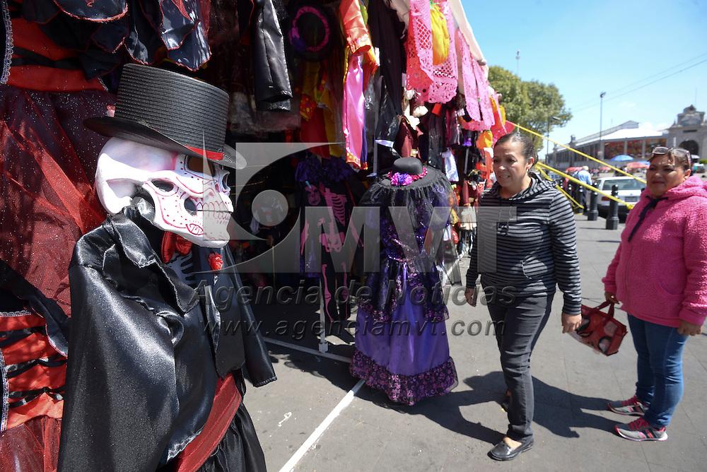 Toluca, México (Octubre 25, 2016).- Comerciantes instalados en la plaza España dedicados a la venta de disfraces para las fiestas de Halloween y Muertos reportan que han tenido bajas ventas, esperan que en los siguientes días puedan mejorar sus ventas.  Agencia MVT / Crisanta Espinosa.