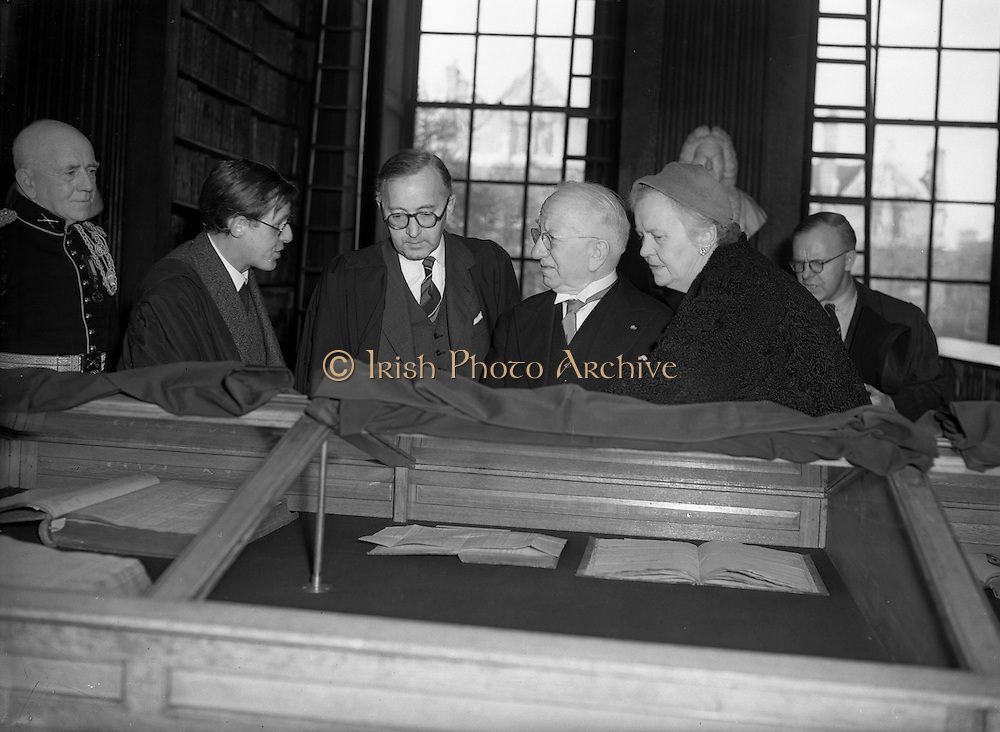 """04/11/1953<br /> 11/04/1953<br /> 04 November 1953<br /> Exhibition of """"Robert Emmet and his times"""" at the Library, Trinity College Dublin. Picture shows President Sean T O'Kelly and his wife Phyllis at the opening, in centre is Albert Joseph McConnell, Provost of Trinity College, Dublin."""