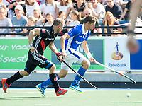 UTRECHT -  Bjorn Kellerman (Kampong) met Teun Rohof (A'dam) )    tijdens   de finale van de play-offs om de landtitel tussen de heren van Kampong en Amsterdam (3-1). Kampong kampong kampioen van Nederland. COPYRIGHT  KOEN SUYK