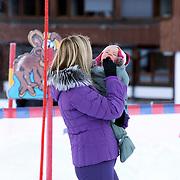 AUT/Lech/20080210 - Fotosessie Nederlandse Koninklijke familie in lech Oostenrijk, prinses Maxima en een van de kou huilende Ariane