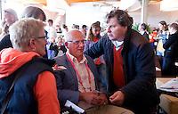 DEN HAAG  - Frank van der Peet met Ties Kruize. . bij World Cup Hockey. COPYRIGHT KOEN SUYK
