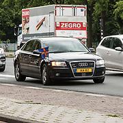 NLD/Den Haag/20190528 - Maxima bij Platform Wijzer in Geldzaken, Auto Maxima in het verkeer