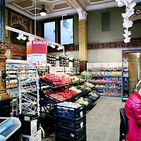 Nederland, Amsterdam ,8 december 2009.. medewerker van supermarkt Albert Heijn legt de laatste hand op het vullen van de schappen en het checken van de producten van de nieuwe Albert Heijn in het voormalige Oibibiogebouw aan de Prins Hendrikkade..In het Mercuriusgebouw aan de Prins Hendrikkade, het voormalige Oibibio, komt een Albert Heijn. Dit staat in Het Parool dinsdag..Volgens de krant onderhandelt de eigenaar NV Stadsgoed sinds januari 2009 met de supermarktketen..Foto:Jean-Pierre Jans