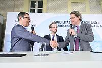 """18 FEB 2020, BERLIN/GERMANY:<br /> Cem Oezdemir, MdB, B90/Gruene, Johannes Pennekamp, FAZ, Andreas Scheuer, CSU, Bundesverkehrsminister,(v.L.n.R.), Versprechen mit Handschlag, F.A.Z. Konferenz """"Mobilitaet in Deutschland - Staedtischer Verkehr erfindet sich neu"""", F.A.Z.-Atrium Berlin<br /> IMAGE: 20200218-01-135<br /> KEYWORDS: Frankfurter Allgemiene Zeitung, Mobilität, FAZ, Cem Özdemir"""