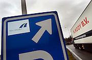 Nederland, A73, 3-1-2005Betaalautomaat voor de tol op de Duitse autobaan, snelweg. Duitsland.Vanaf 1 januari is de tolheffing voor vrachtverkeer van kracht. Kosten transport, logistiek, onkosten, tol, maut, tolweg, vrachtvervoer, vrachtwagen chauffeur, toll collectFoto: Flip Franssen/Hollandse Hoogte