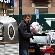 NLD/Amsterdam/20080416 - Robert ten Brink met verschillende bossen bloemen in Amsterdam