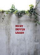 Nicht Impfen Lassen, Schriftzug an einem Wohnhaus in Hamburg Winterhude, 21. Februar 2021