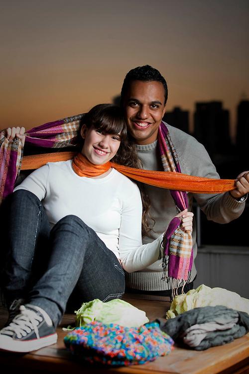 Belo Horizonte_MG, Brasil...Casal experimentando cachecois em Belo Horizonte, Minas Gerais...A couple using scarf in Belo Horizonte, Minas Gerais. ..Foto: BRUNO MAGALHAES / NITRO