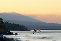 Indonesie, Bali, Plage de Amed, Retour des bateau de peche traditionnel // Indonesia, Bali, Amed beach, Fishing boat, Batur volcano