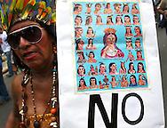Una mujer participa hoy, 07 de noviembre de 2007, en Caracas, durante una marcha realizada por estudiantes universitarios en rechazo al proyecto de reforma constitucional impulsado por el presidente venezolano, Hugo Chavez, que sera sometido a referendo en diciembre proximo. (ivan gonzalez)
