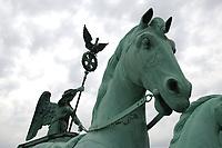 21 JUN 2002, BERLIN/GERMANY:<br /> Die Quadriga auf dem Brandenburger Tor im Detail<br /> IMAGE: 20020621-03-003<br /> KEYWORDS: Denkmal, Pferd, Sehenswuerdigkeit, Sehenswürdigkeit