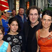 NLD/Huizen/20050706 - Premiere Nieuw Groot Chinees Staatscircus, Johan Nijenhuis en partner Marije en stiefdochters Rebecca en Sophie