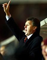 Photograph: Scott Heavey.<br />Aston Villa v Chelsea. Carling cup Quater Final. 17/12/2003.<br />Dav id O'Leary barks orders