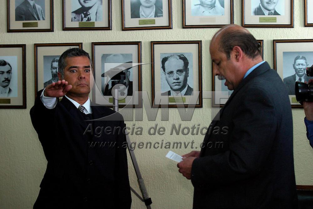Metepec, Méx.- Salvador Robles Uribe, presidente municipal de Metepec toma protesta a Hector Lopez Barbosa como nuevo director de seguridad publica y transito. Agencia MVT / Mario Vazquez de la Torre. (DIGITAL)<br /> <br /> NO ARCHIVAR - NO ARCHIVE