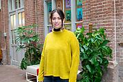 Opening van de mensologen recruitment agency in de Hallen, Amsterdam, samen medewerkers en directieleden van Arkin en de ambassadeurs Wim Kieft, Heleen van Royen, Sofie van den Enk, Glenn Helder en Lisa Brammer. De agency is voor iedereen toegankelijk; voor gz-professionals die willen weten hoe het is om bij Arkin te werken. De 13 ambassadeurs hebben hiervoor een podcastserie Specialisme Mens opgenomen.<br /> <br /> Op de foto:  Lisa Brammer - Dakota